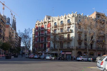 Se alquila amplio piso con terraza en Carrer Valencia