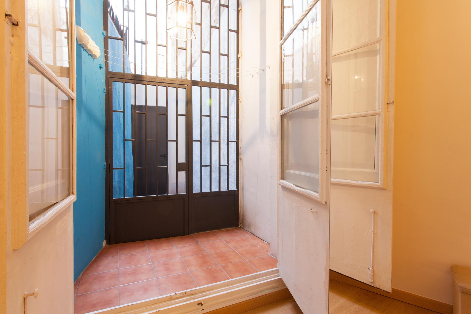 Shbarcelona alquiler piso con balc n el born portal nou for Pisos alquiler trinitat vella