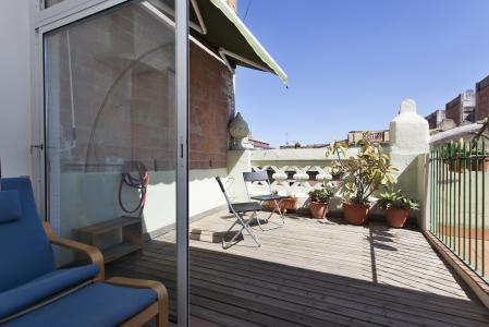 A charming penthouse with terrace in Eixample
