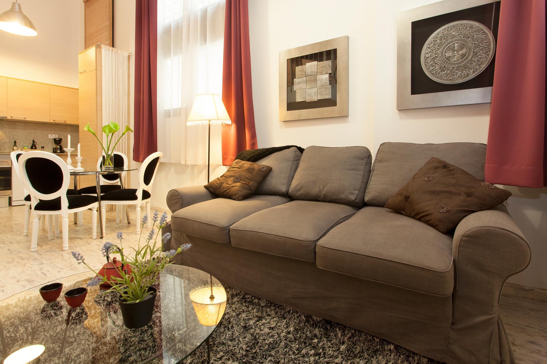 Si affitta appartamento arredato in via Sant Joaquim.