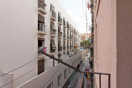Excellent flat for rent with two balconies located in the Raval area